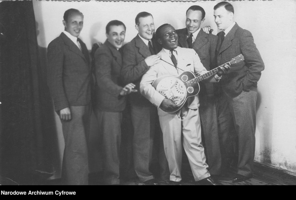 Chór Juranda wraz z amerykańskim artystą, Harrym Hamiltonem. Jerzy Koszutski pierwszy z lewej. Lata 30. XX wieku. (NAC, sygn. 1-K-7198, domena publiczna)