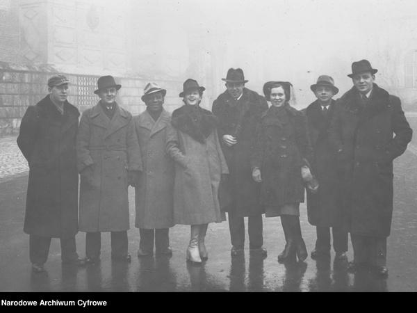 Członkowie Chóru Juranda z Heleną Grossówną (4. z lewej) i Jerzym Koszutskim (4. z prawej; Narodowe Archiwum Cyfrowe, sygn. 3/1/0/11/7201, domena publiczna)