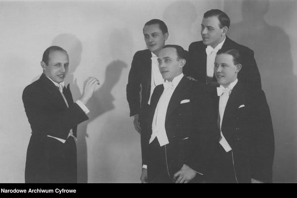 Członkowie Chóru Juranda. Z lewej widoczny założyciel chóru Jerzy Koszutski (Narodowe Archiwum Cyfrowe, sygn. 3/1/0/11/7196, domena publiczna)