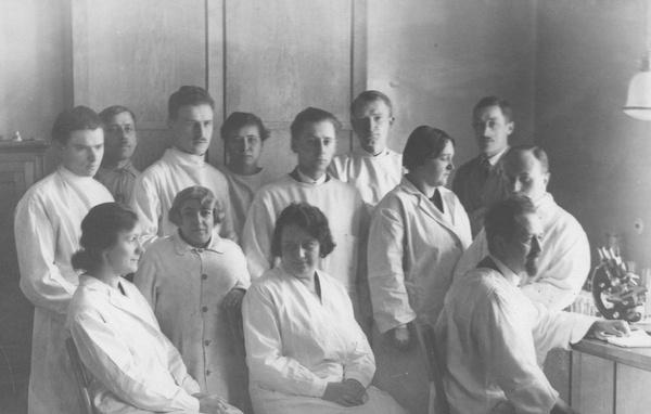 Rudolf Weigl wraz ze współpracownikami