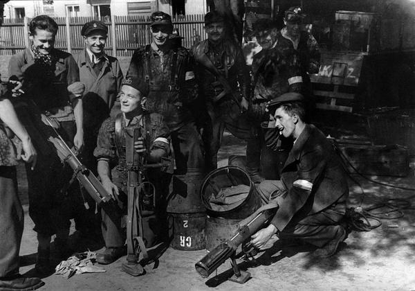 """Żołnierze z Batalionu """"Czata 49"""" z granatnikami przeciwpancernymi PIAT"""