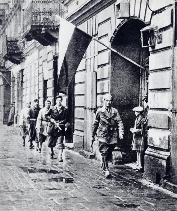 Patrol powstańczy w Warszawie; początek sierpnia 1944 roku