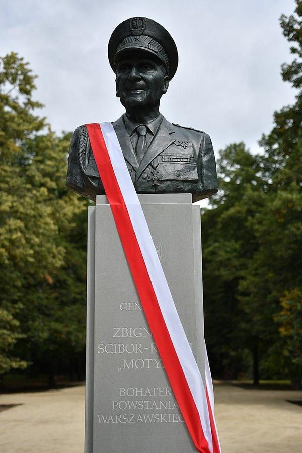 Pomnik gen. Zbigniewa Ścibor-Rylskiego w Warszawie (fot. Kancelaria Sejmu / Łukasz Błasikiewicz; CC BY 2.0)