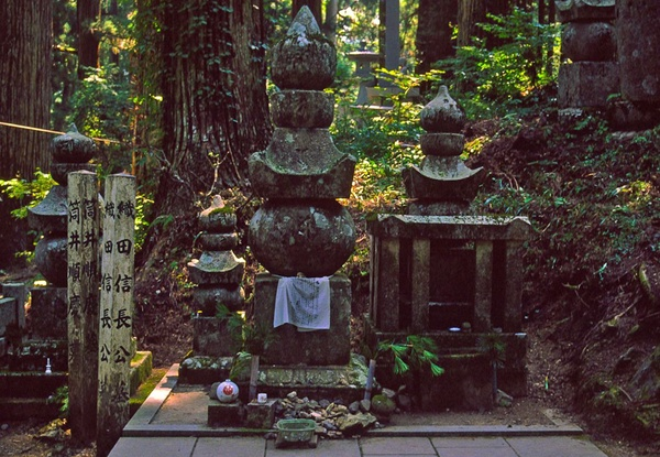 Grób Ody Nobunagi na górze Koya, fot. Velesperun, domena publiczna