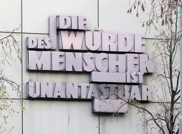 """Gmach Sądu Krajowego we Frankfurcie. Napis """"Godność ludzka jest nienaruszalna"""" umieszczono z inicjatywy Bauera (fot. Dontworry; CC BY-SA 3.0)"""