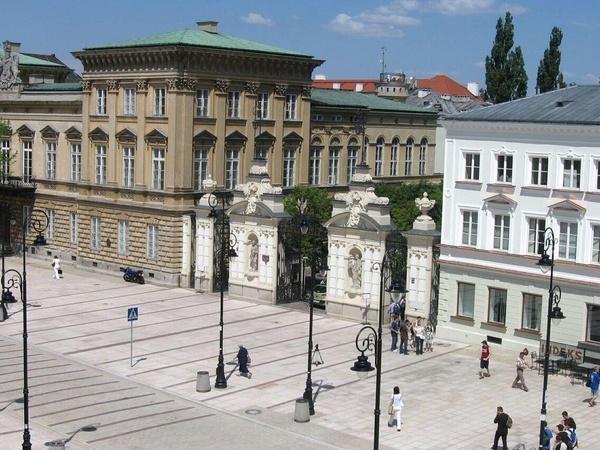 Brama Główna Uniwersytetu Warszawskiego (fot. Minimus, domena publiczna)