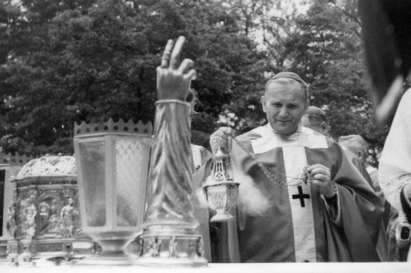 Metropolita krakowski abp Karol Wojtyła podczas uroczystej mszy św. w Krakowie w czasie obchodów Milenium chrztu Polski, 1966 rok (fot. NAC)