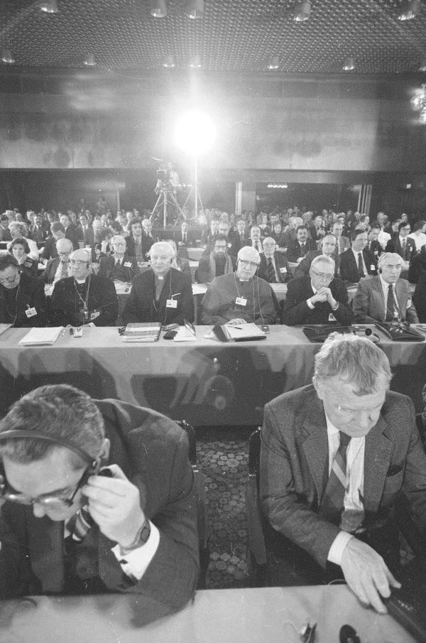 Mieczysław F. Rakowski (w pierwszym rzędzie po prawej) na sali obrad, 1986 rok (fot. Włodzimierz Barchacz; NAC)