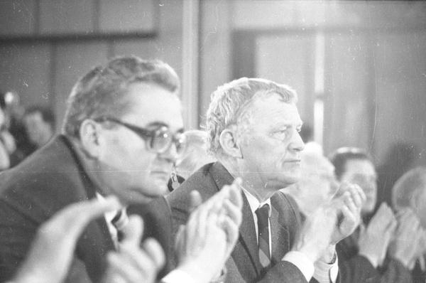 Mieczysław F. Rakowski obok Romana Malinowskiego na  Kongresie Intelektualistów w Obronie Pokojowej Przyszłości Świata w Hotelu Victoria w Warszawie, 1986 rok (fot. Włodzimierz Barchacz; NAC)