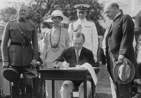 Prezydent Calvin Coolidge podpisuje Ustawę o imigracji