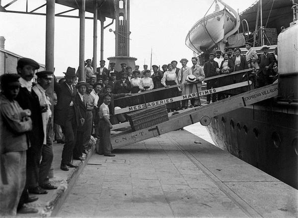 Europejscy imigranci przybywający do Argentyny (CC BY 2.5 ar)