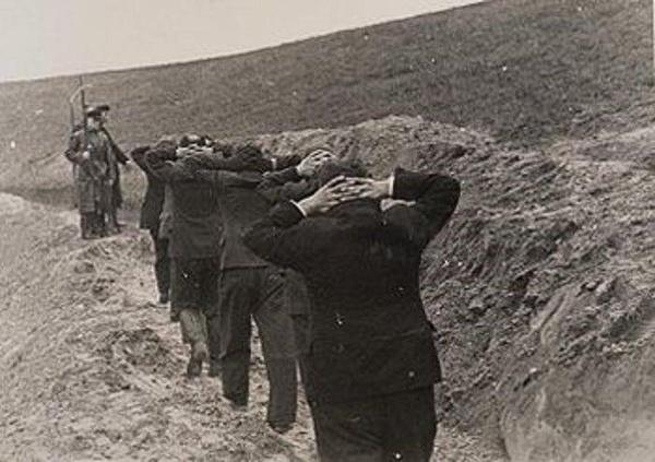 """Bydgoscy nauczyciele prowadzeni przez Selbstschutz na egzekucję w fordońskiej """"Dolinie śmierci"""""""
