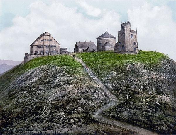 Budynek starego obserwatorium około roku 1900 (pierwszy z prawej; domena publiczna).