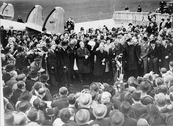 Neville Chamberlain po powrocie z konferencji monachijskiej, 30 września 1938 roku