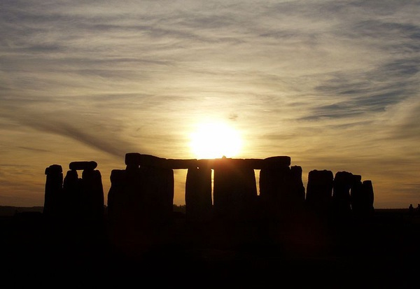 Stonehenge: zachód słońca widziany ze stanowiska (fot. Jeffrey Pfau, udostępniono na licencji: [CC BY-SA 3.0](https://creativecommons.org/licenses/by-sa/3.0/deed.en))
