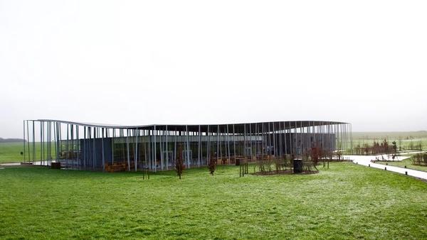 Stonehenge Visitor Centre (fot. Sam.hill7, udostępniono na licencji: [CC BY-SA 4.0](https://creativecommons.org/licenses/by-sa/4.0/))