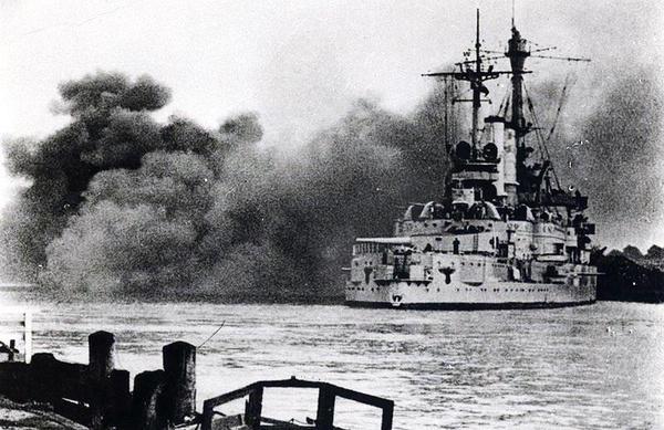 """Niemiecki pancernik """"Schleswig-Holstein"""" ostrzeliwuje Gdynię z portu w Gdańsku, 13 września 1939 roku"""