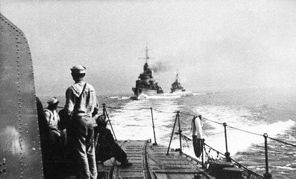 """Polskie niszczyciele płynące do Wielkiej Brytanii w ramach planu """"Peking"""" – widok z rufy ORP """"Błyskawica"""" na ORP """"Grom"""" i ORP """"Burza"""""""