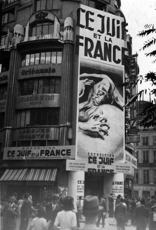 """Plakat nad wejściem na antysemicką wystawę """"Żyd i Francja"""" (Bundesarchiv, Bild 146-1975-041-07 / CC-BY-SA 3.0)"""