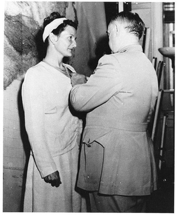 Generał Donovan odznacza Virginię Hall