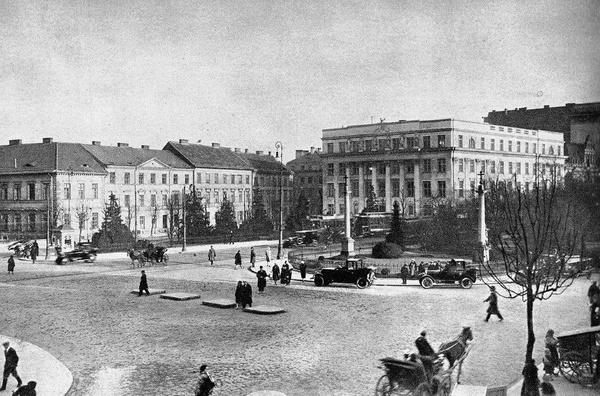 Gimnazjum im. Królowej Jadwigi (po prawej) na placu Trzech Krzyży w Warszawie