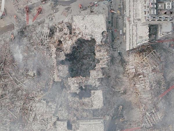 Zdjęcie lotnicze zniszczonego World Trade Center, 23 września 2001 roku (fot. NOAA; domena publiczna)