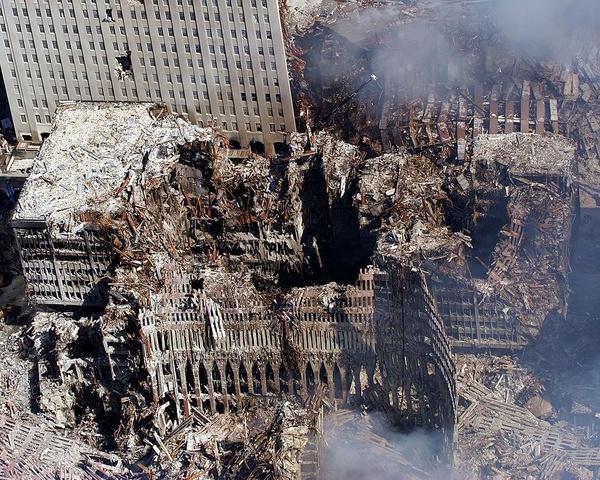 Ruiny World Trade Center, 17 września 2001 roku (fot. Eric J. Tilfor, U.S. Navy; domena publiczna)