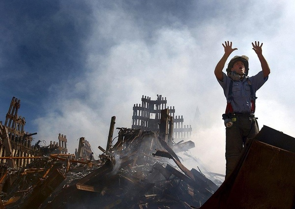 Jeden ze strażaków w trakcie akcji ratunkowej, wrzesień 2001 roku (fot. Preston Keres, U.S. Navy; domena publiczna)