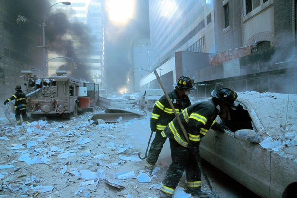 Strażacy w czasie akcji ratunkowej, 11 września 2001 roku (fot. Mike Goad; domena publiczna)