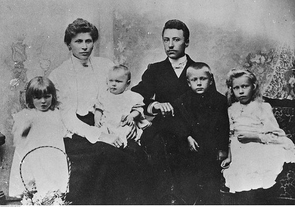 Julianna Karp i Stanisław Wyszyński z dziećmi (poniżej od lewej): Stanisława, Janina, Stefan i Anastazja, 1906 r. (domena publiczna)