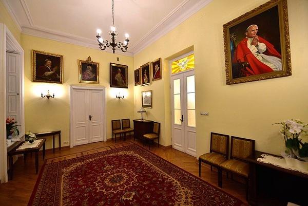 Mały salon papieski w Domu Arcybiskupów Warszawskich, w którym 25 września 1953 Stefan Wyszyński został zatrzymany przez funkcjonariuszy UB (fot. Adrian Grycuk, udostępniono na licencji: [CC BY-SA 3.0 pl](https://creativecommons.org/licenses/by-sa/3.0/pl/deed.en))