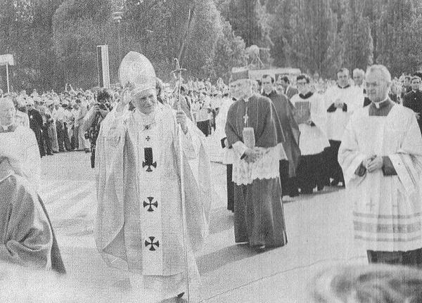 Papież Jan Paweł II i kardynał Stefan kardynał Wyszyński w drodze na plac Zwycięstwa w Warszawie w dniu 2 czerwca 1979 (domena publiczna)