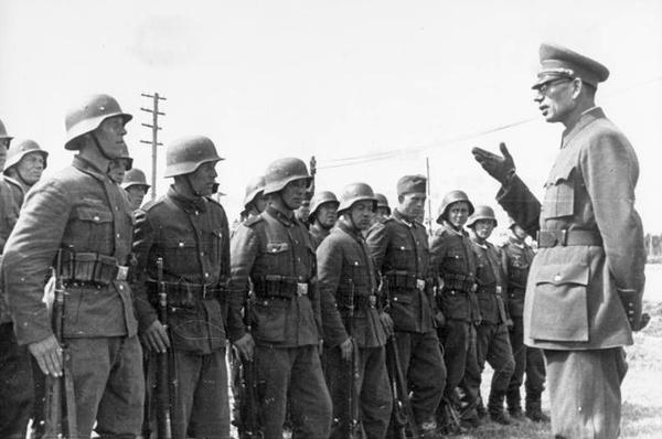 Generał Andriej Własow wśród żołnierzy Rosyjskiej Armii Wyzwoleńczej (fot. Bundesarchiv, udostępniono na licencji: [CC-BY-SA 3.0](https://creativecommons.org/licenses/by-sa/3.0/de/deed.en))