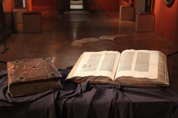 Muzeum Diecezjalne w Pelplinie, kopia Biblii Gutenberga (fot. Fallaner, udostępniono na licencji: [CC-BY-SA-4.0](https://creativecommons.org/licenses/by-sa/4.0/deed.en))