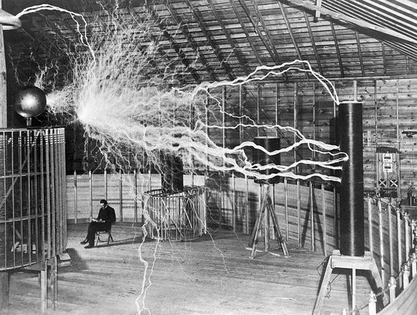Nikola Tesla w swoim laboratorium, około 1899 (fot. Dickenson V. Alley, retusz Lošmi, udostępniono na licencji: [CC BY-SA 4.0](https://creativecommons.org/licenses/by-sa/4.0/))