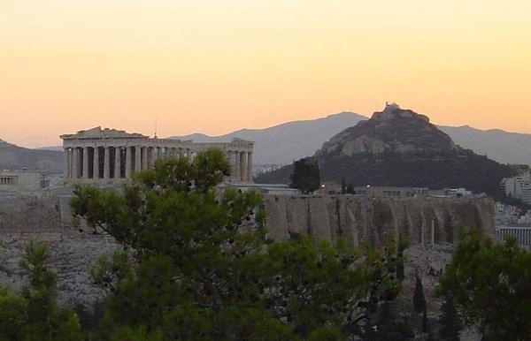 Widok na Akropol ateński (fot. astuadam, udostępniono na licencji: [CC BY-SA 3.0](https://creativecommons.org/licenses/by-sa/3.0/))