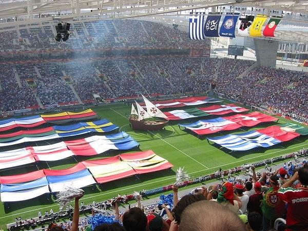 Ceremonia otwarcia Euro 2004, fot. Joao Castro, na licencji [CC BY-SA 3.0](https://creativecommons.org/licenses/by-sa/3.0/deed.en)