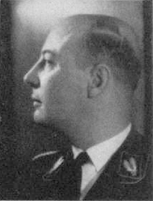 Ludolf von Alvensleben -  zbrodniarz wojenny, syn generała-majora Ludolfa von Alvenslebena (1844-1912), od 1929 r. członek NSDAP, poseł do Reichstagu (1933), w latach 1938-1941 pierwszy adiutant Reichsführera SS Heinricha Himmlera, od listopada 1943 SS-Gruppenführer i Generalleutnant policji, a od lipca 1944 także Generalleutnant w Waffen-SS (domena publiczna)