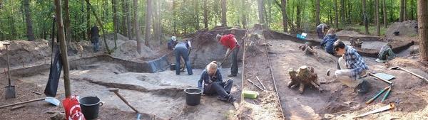 W pobliżu wsi znajduje się cmentarzysko kurhanowe. Na zdjęciu archeolodzy z Instytutu Archeologii PAN przy pracy (fot. [CC BY-SA 4.0](https://creativecommons.org/licenses/by-sa/4.0/))