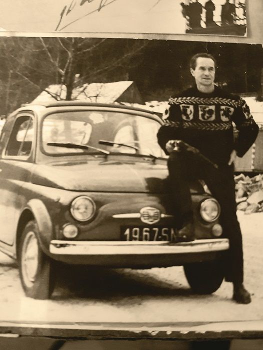 W latach 60. XX w. byl dumnym posiadaczem polskiego fiata 500 z otwieranym dachem (fot. Archiwum rodzinne Tadeusza Pietrzykowskiego)