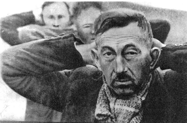 Grupa bydgoskich nauczycieli sfotografowana na chwilę przed egzekucją, na pierwszym planie Władysław Bieliński (domena publiczna)