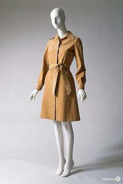 Sukienka projektu Halstona, fot. Eileen Costa, [CC BY-SA 2.0](https://creativecommons.org/licenses/by-sa/2.0/deed.en)