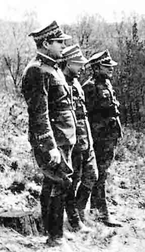 Od prawej ku lewej: Karol Świerczewski, Marian Spychalski, Michał Rola-Żymierski nad Nysą w 1945 r. (domena publiczna)