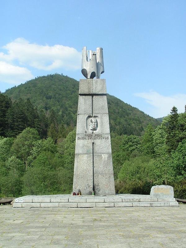 Nieistniejący drugi pomnik Karola Świerczewskiego Waltera w Jabłonkach, w tle góra Walter (domena publiczna)