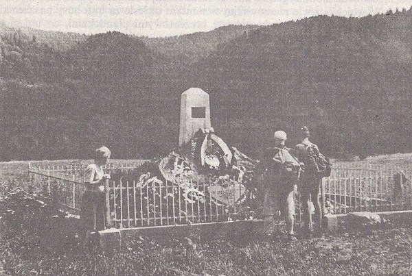 Pierwszy pomnik Karola Świerczewskiego w Jabłonkach, 1952 r. (domena publiczna)