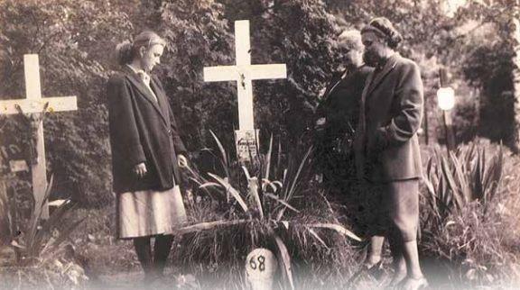 """Rodzina Mieczysława Bujaka przy grobie, 1952 r. (zdjęcie pochodzi z albumu """"Cmentarz Osobowicki we Wrocławiu. Pola ofiar komunizmu"""", wszelkie prawa zastrzeżone)"""