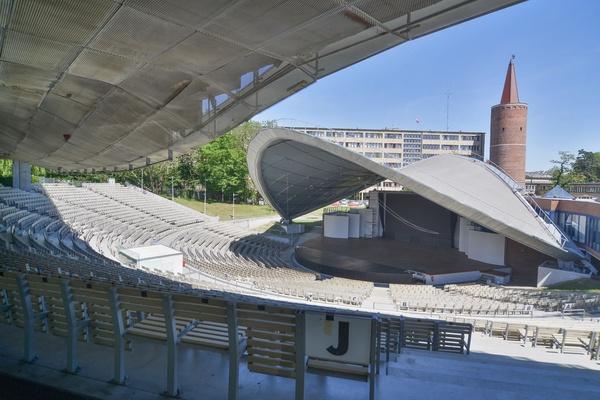 Wnętrze Amfiteatru Tysiąclecia w Opolu, widok na scenę i miejsca siedzące. Fot. Piotr Bieniecki / www.fototeo.pl, [CC BY-SA 3.0](https://creativecommons.org/licenses/by/3.0/deed.pl)