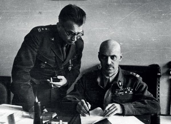 Płk Leopold Okulicki i gen. Władysław Anders, dowódca Armii Polskiej z ZSRS, Buzułuk, 1941 r. (Fot. NAC, mat. IPN)