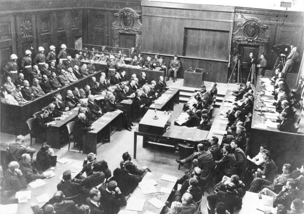 Sala rozpraw podczas procesu norymberskiego (fot. Bundesarchiv, Bild 183-H27798 / Nieznany / [CC BY-SA 3.0](https://creativecommons.org/licenses/by-sa/3.0/de/deed.en))