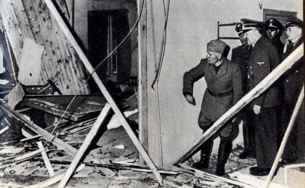 Oględziny sali odpraw w kwaterze Hitlera, tuż po nieudanym zamachu na życie führera (domena publiczna)